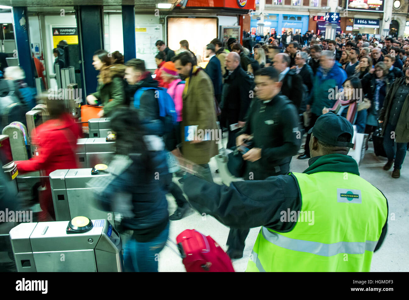 London, UK. 10th January, 2016. Southern staff try to help passengers queueing for the Gatwick Express which was - Stock Image
