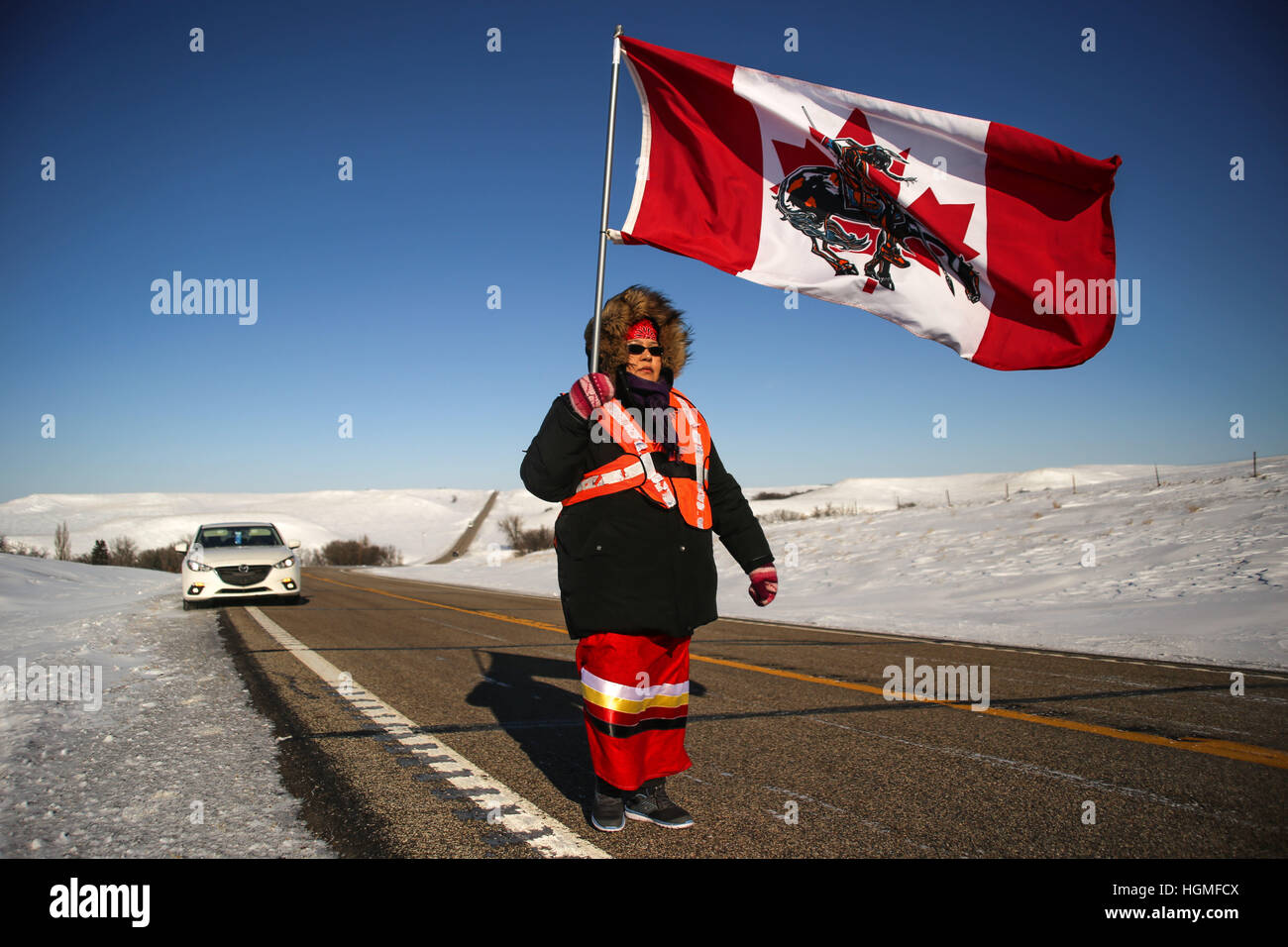 North Dakota, USA. 10th January, 2017. MARJORIE ROBERTS MCKENZIE of the Plains Cree First Nation walks along Highway - Stock Image