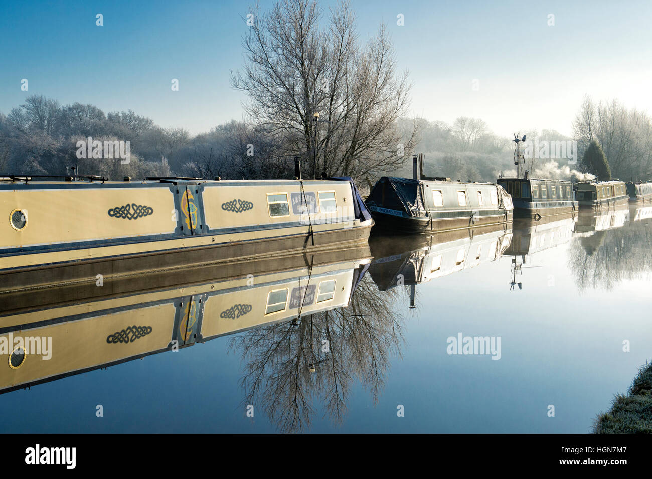 Canal boats on the oxford canal on a frosty December morning. Aynho, Banbury, Oxfordshire, England - Stock Image