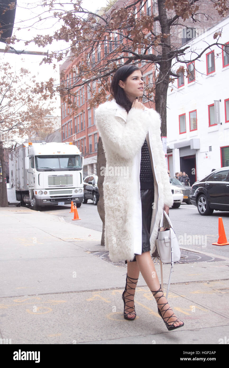 Beautiful brunette woman walking in New York city during New York Fashion Week - Stock Image