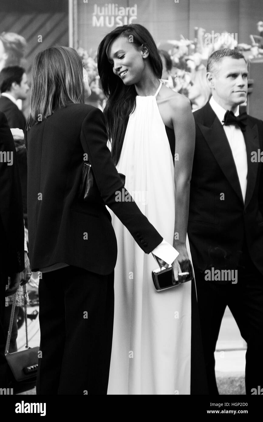 Liya Kebede chatting in the red carpet at the fashion awards - Stock Image
