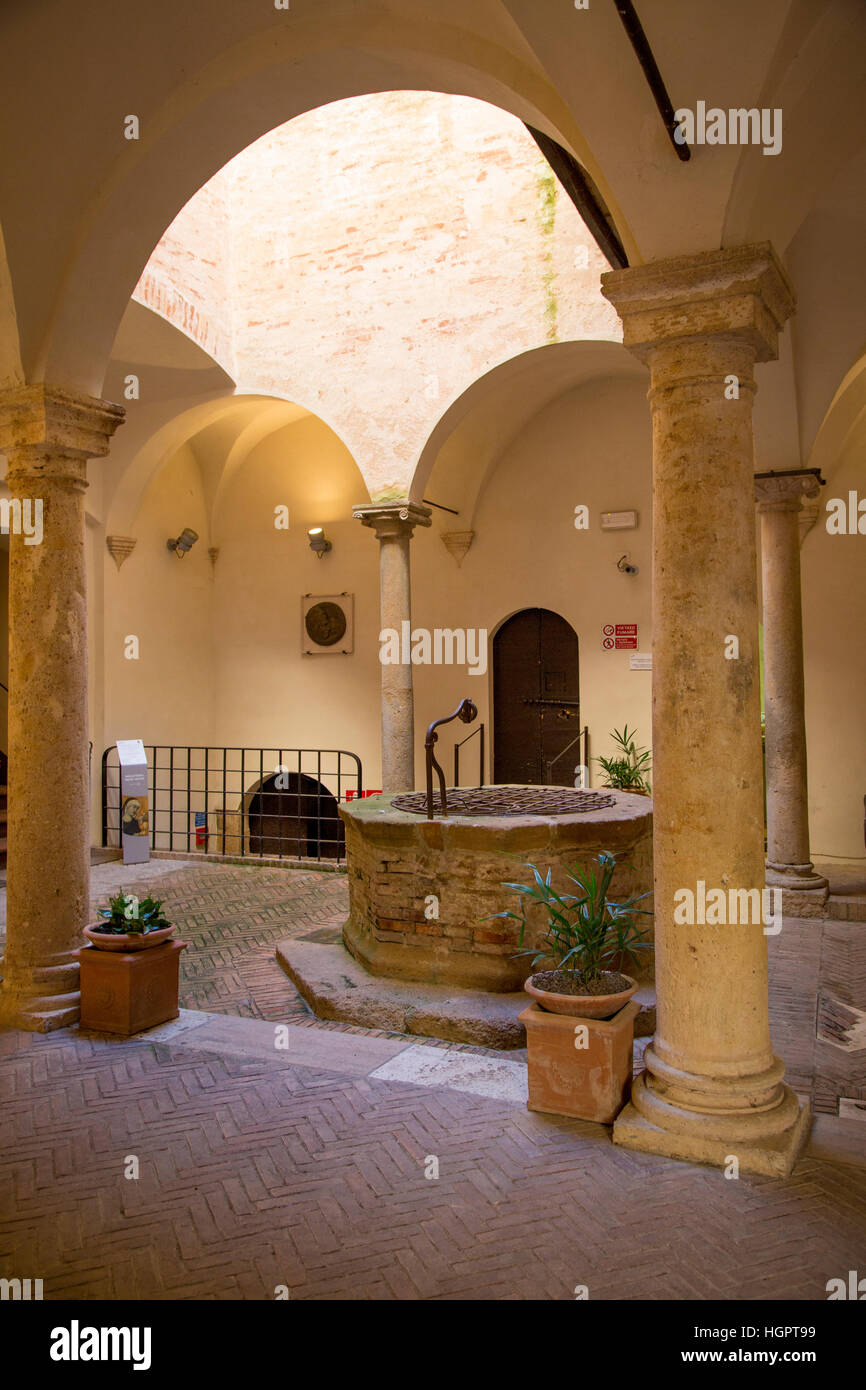 Ancient water well inside Museo Diocesano in medieval town of Pienza, Tuscany, Italy - Stock Image