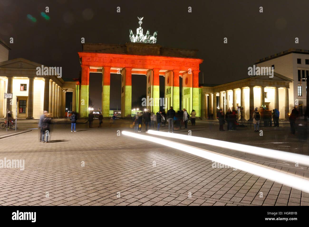 Impressionen: das Brandenburger Tor wird dieses mal in den deutschen Nationalfarben beleuchtet: Illuminierung des Stock Photo