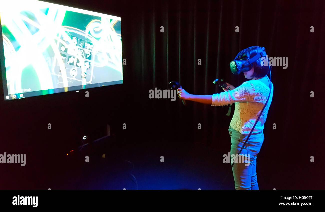 """eine Frau probt die virtuelle Realitaet mit einer """"Datenbrille"""", Berlin. Stock Photo"""