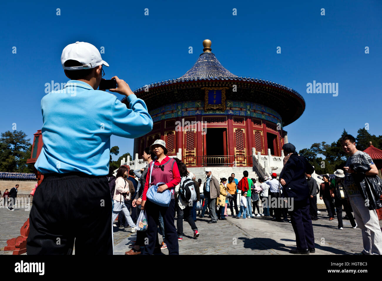 Tourists visiting the Temple of the Imperial Vault of Heaven, Beijing, China. - Stock Image