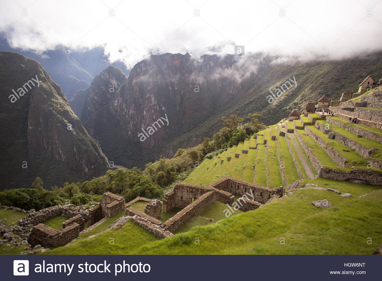 Wide shot of Machu PIcchu, it agricultural terraces, and the surrounding mountains. - Stock Image