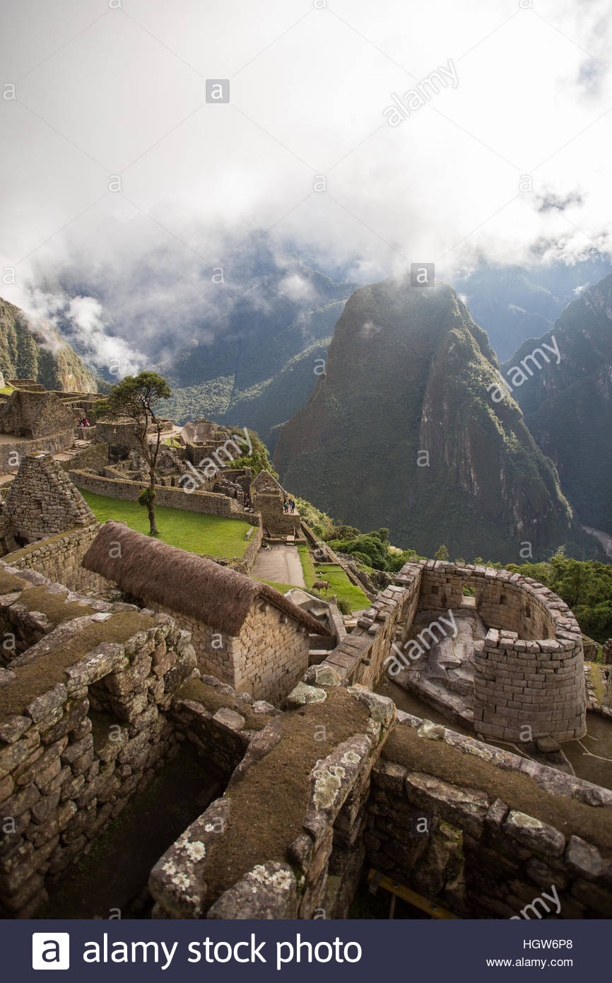 Wide shot of Machu PIcchu, including the Temple of the sun, and the surrounding mountains. - Stock Image