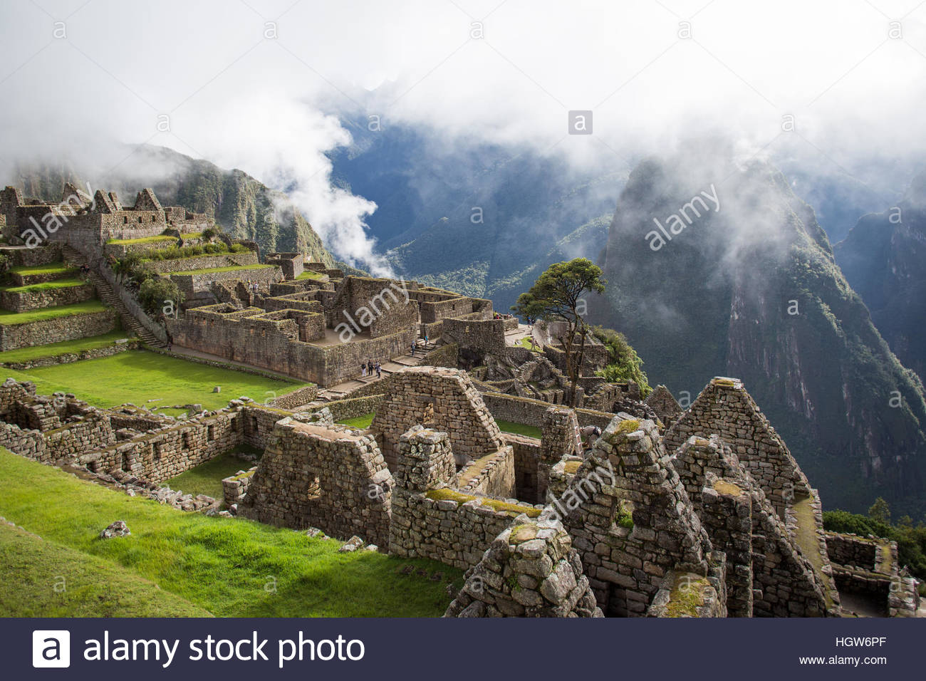 Wide shot of Machu PIcchu and the surrounding mountains. - Stock Image