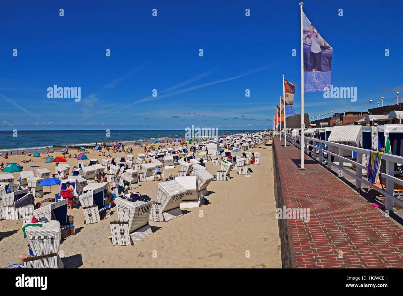 Touristen und Strandkoerbe am Hauptstrand von Westerland, Sylt, nordfriesische Inseln, Nordfriesland, Schleswig - Stock Image