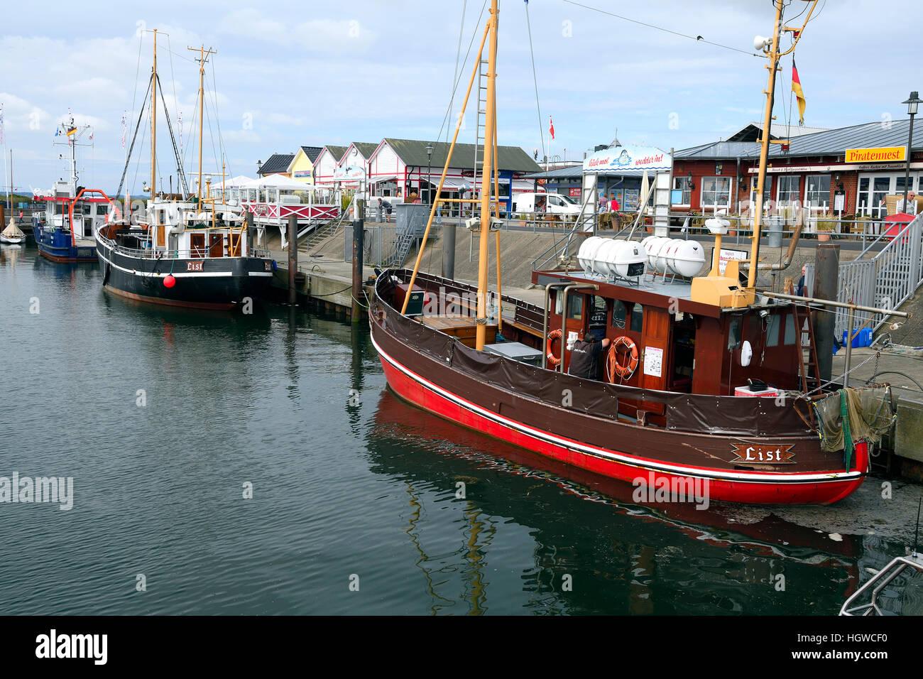 Kutter mit Touristen im Hafen von List, Sylt, nordfriesische Inseln, Nordfriesland, Schleswig-Holstein, Deutschland - Stock Image