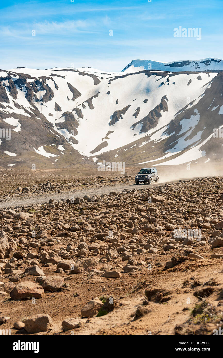 A 4x4 offroad vehicle travels on the unpaved road F35, Kjalvegur, South of Lake Hvítárvatn, in Southern - Stock Image