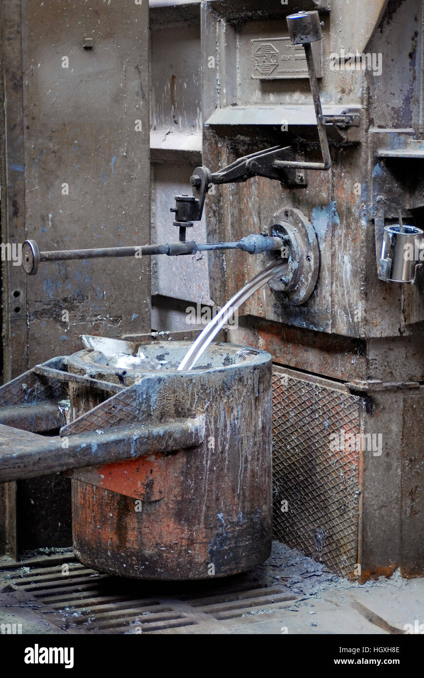 Foundry: Liquid aluminum flows into a crucible - Stock Image