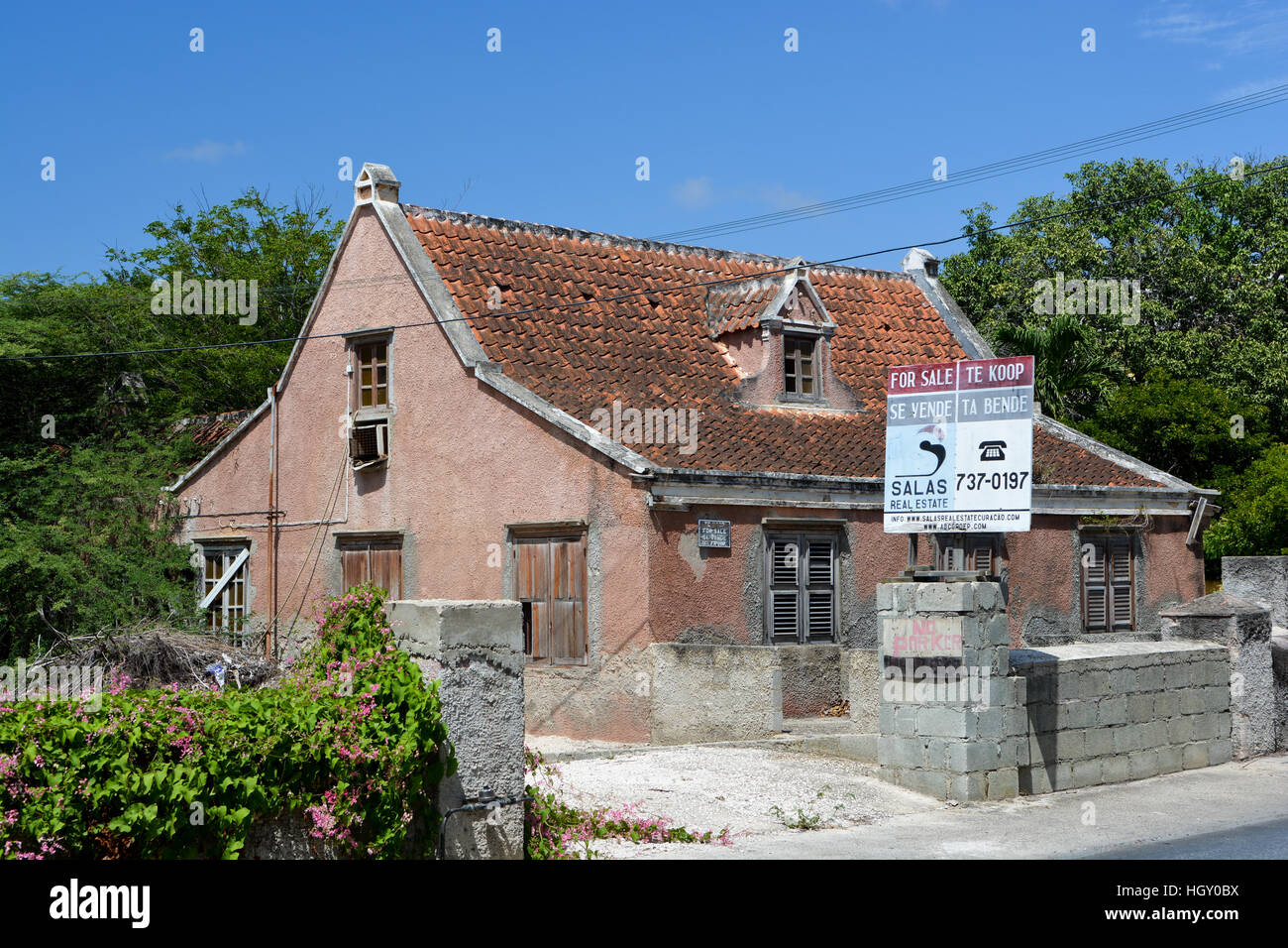 Run down house for sale - bilingual for sale - Stock Image