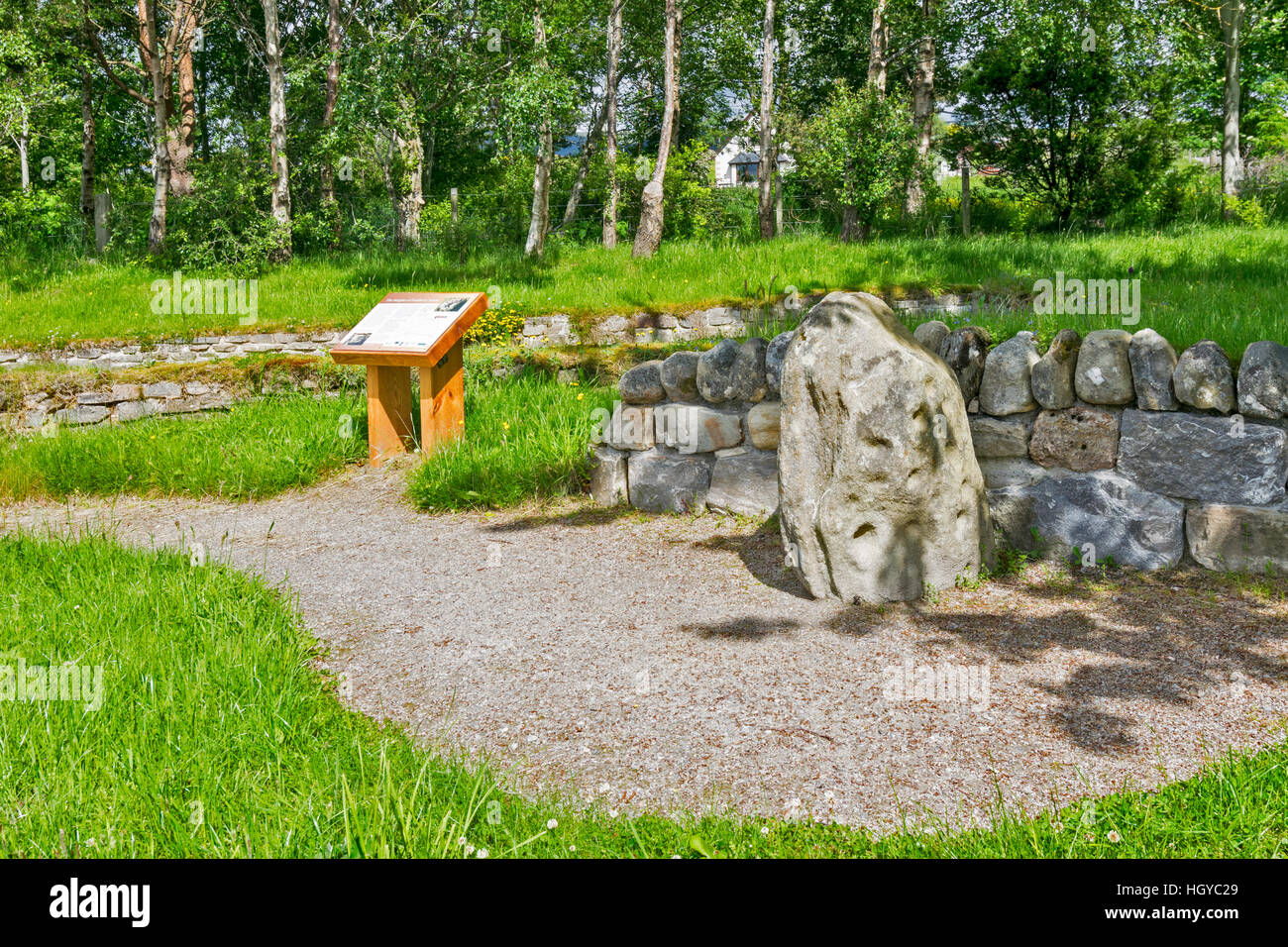 THE HEIGHTS OF FODDERTY STONE AND EXPLANATORY NOTICE BOARD LOCATED AT THE GUNN MEMORIAL STRATHPEFFER Stock Photo