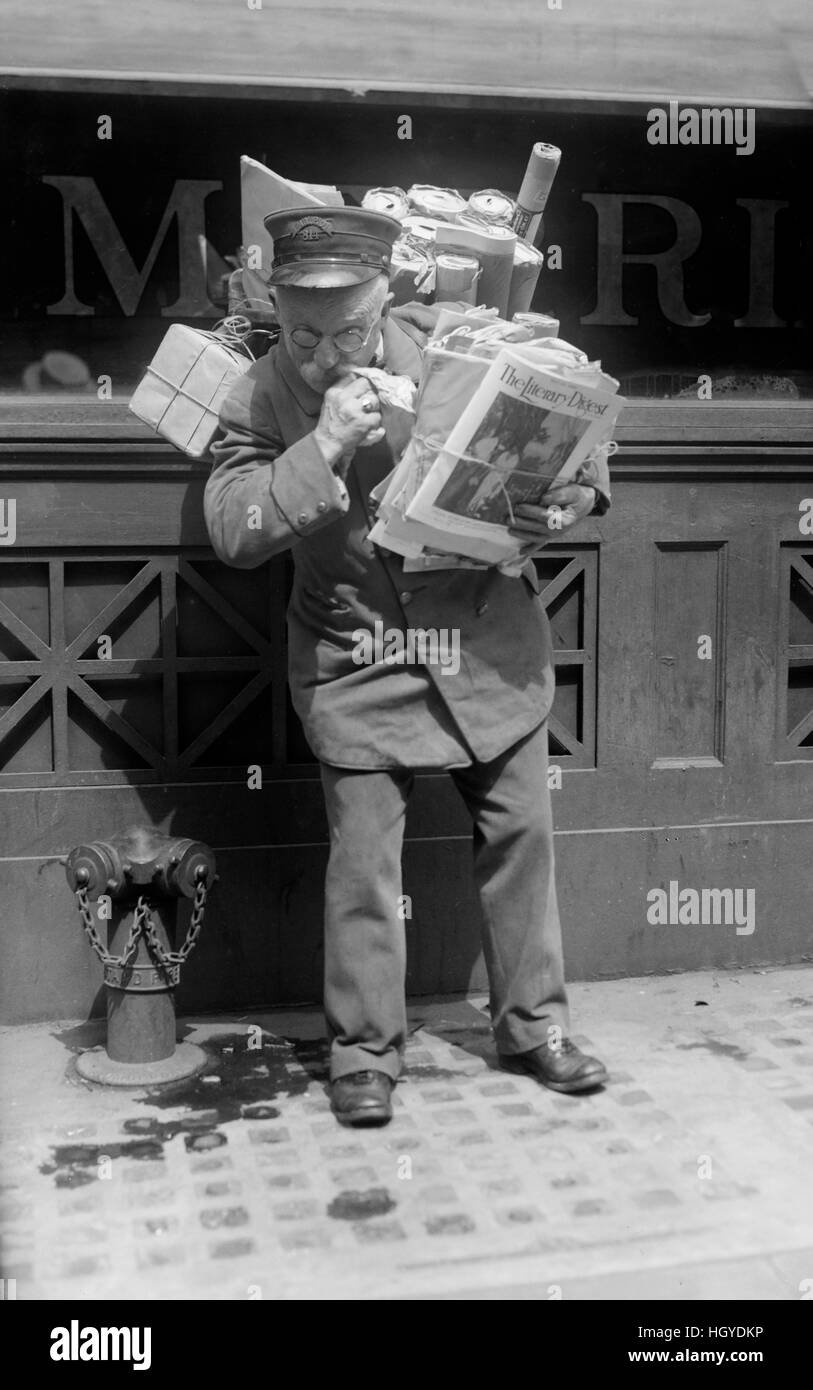 Mailman Delivering Mail and Packages, New York City, New York, USA, Bain News Service, May 1920 - Stock Image