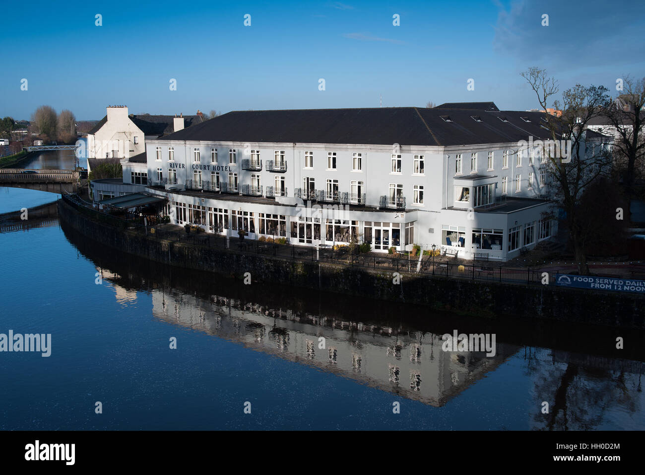 The River Court Hotel, Kilkenny, Ireland overlooking the River Nore, Kilkenny - Stock Image
