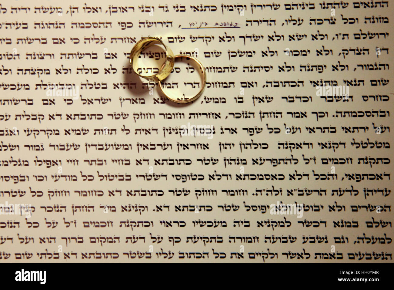 Jewish wedding ceremony The ketubah (prenuptial agreement) and wedding rings - Stock Image
