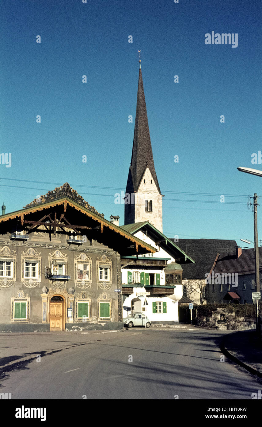 Houses decorated with mural paintings in Garmisch Partenkirchen in the 1960s. Das Haus zun Husaren in den sechziger - Stock Image