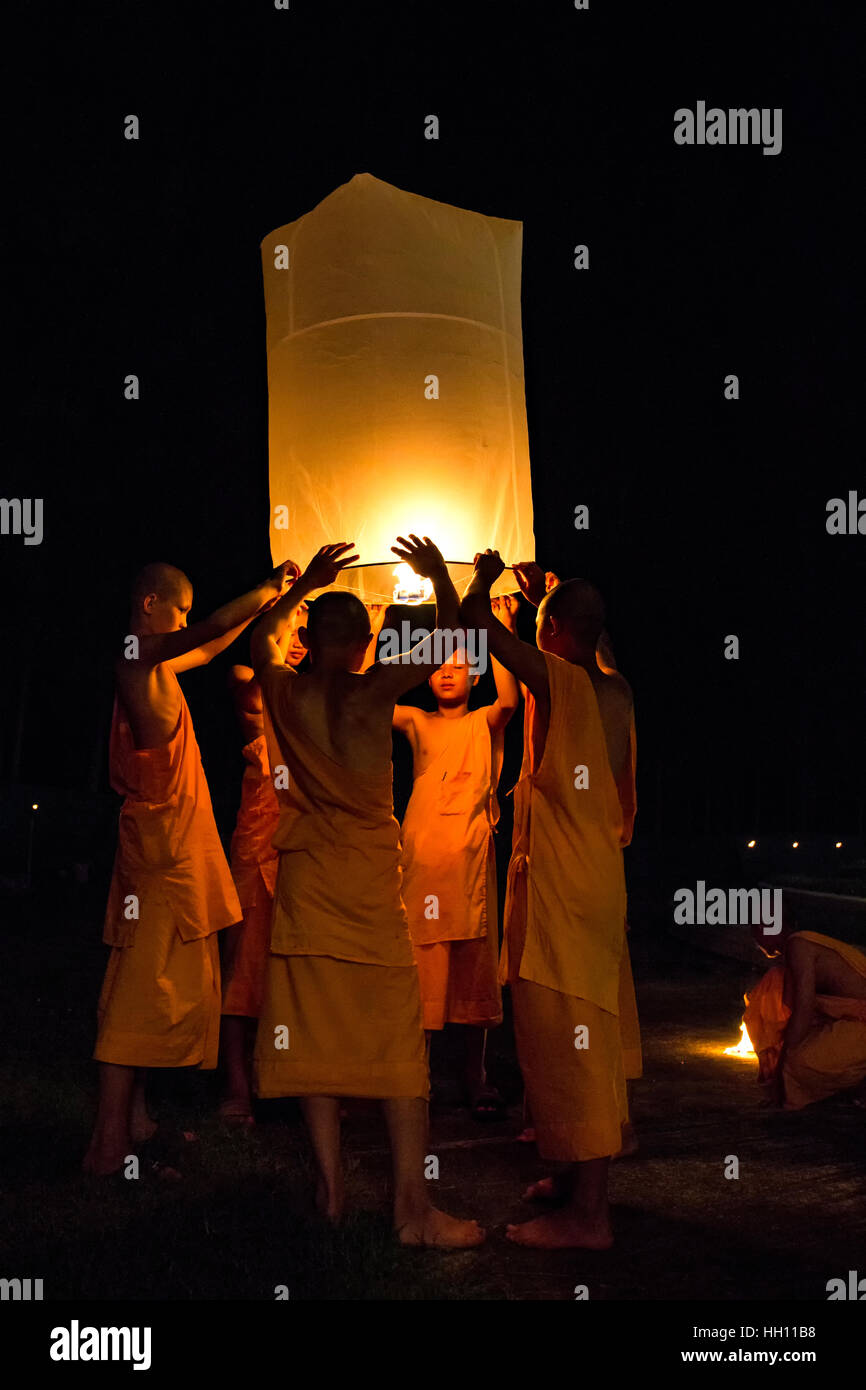 Buddhist monks releasing lanterns, Yeepeng Lanna International Lantern Festival, Lanna Dhutanka, Chiang Mai, Thailand Stock Photo
