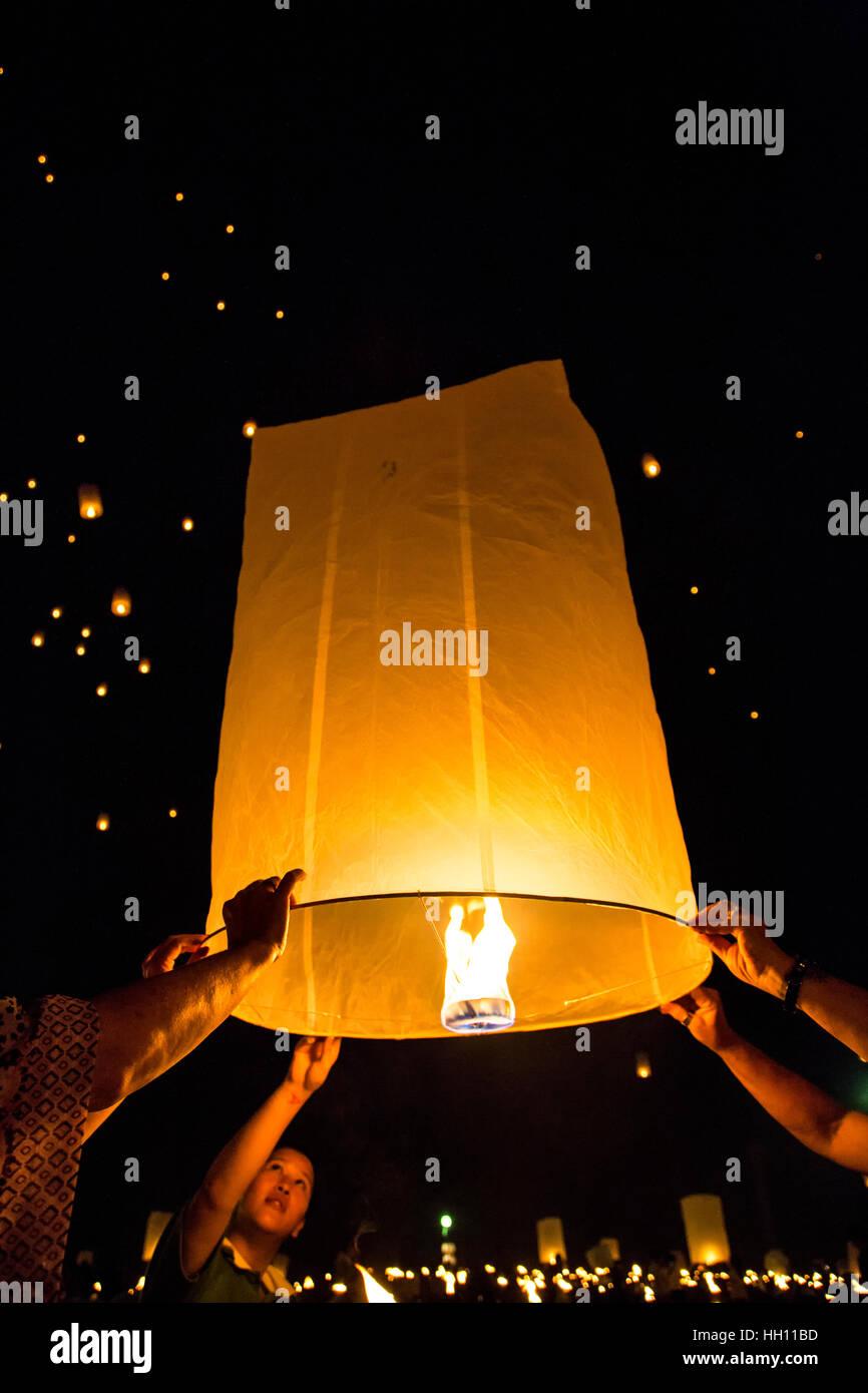 People releasing lanterns, Yeepeng Lanna International Lantern Festival, Lanna Dhutanka, Chiang Mai, Thailand Stock Photo