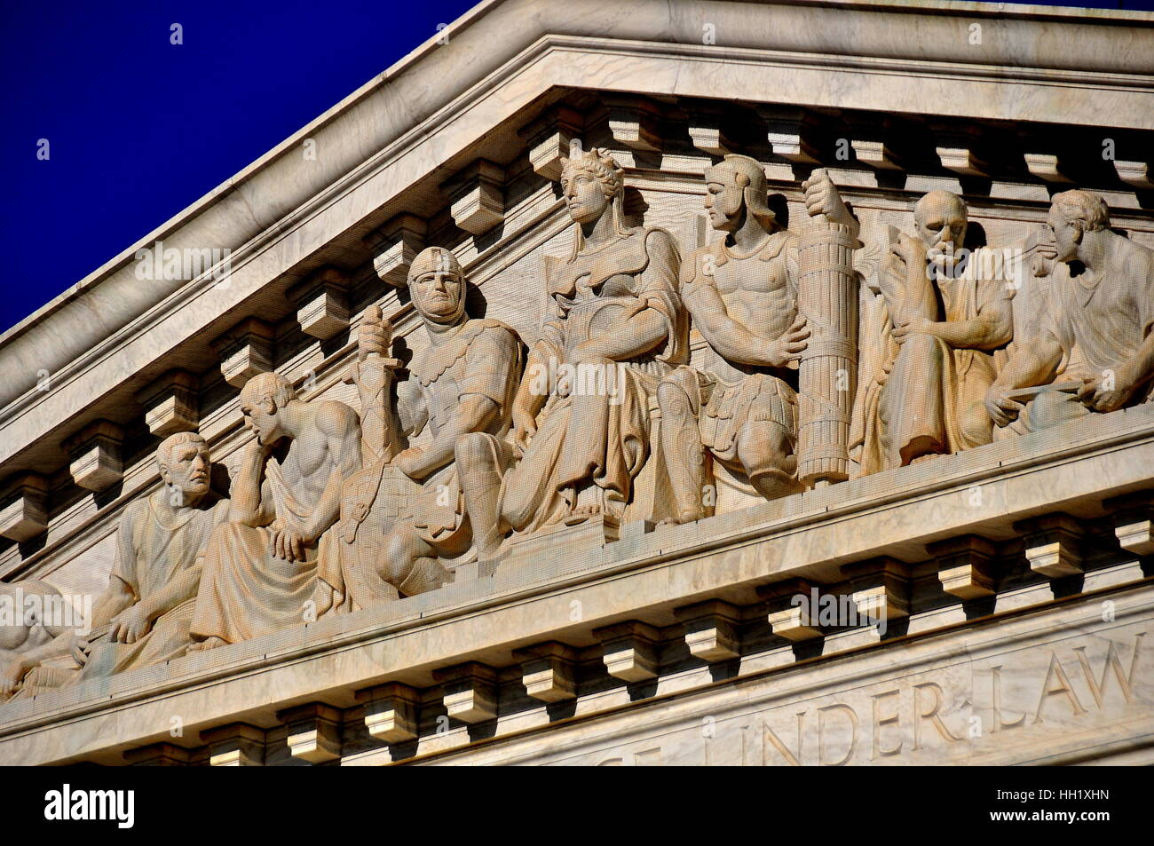 Washington, DC:  Sculpted figures on the pediment of the neo-classical facade of the 1935 United States Supreme - Stock Image