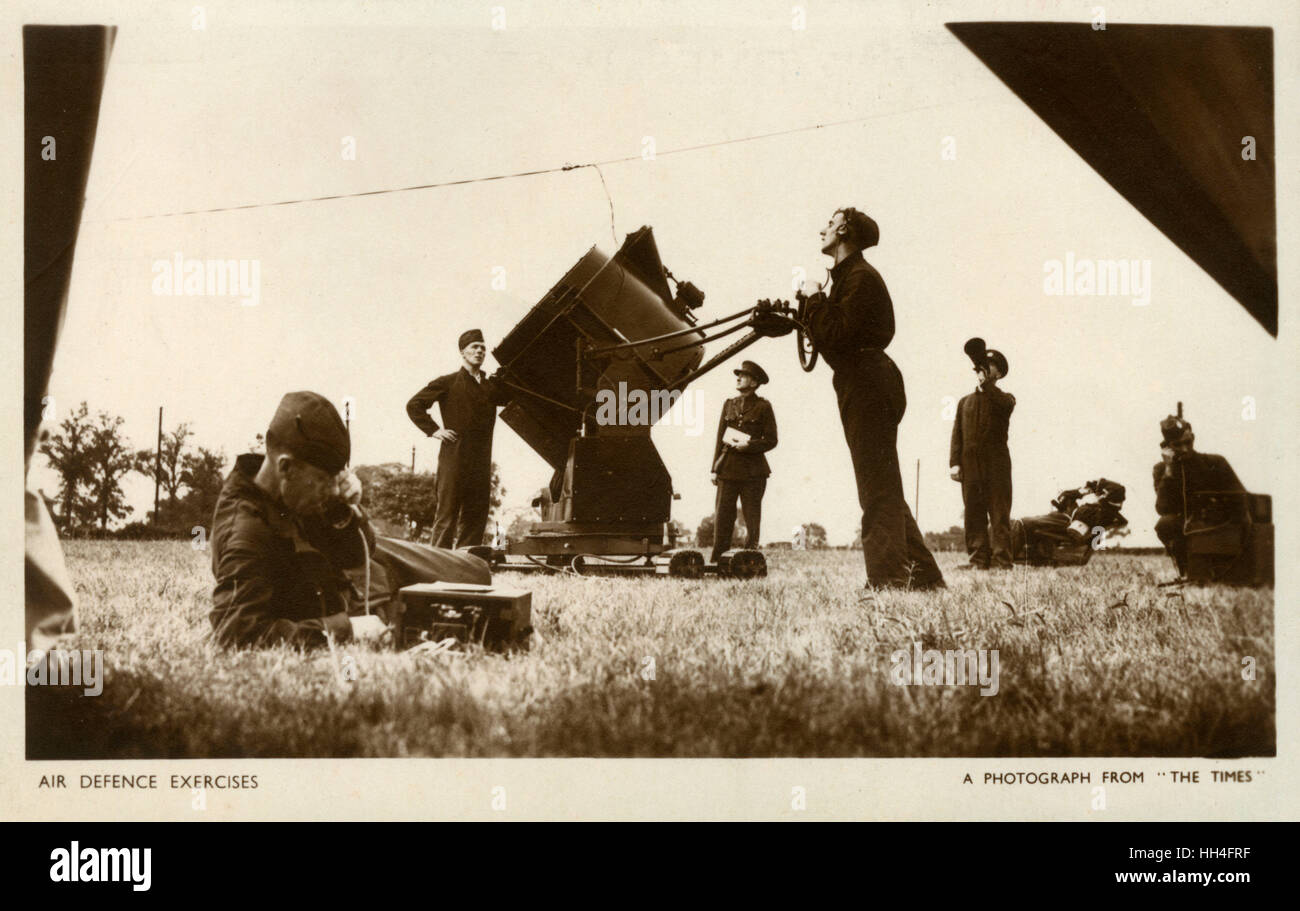 Air Defence Exercises - 90cm Anti-Aircraft Searchlight operators. - Stock Image