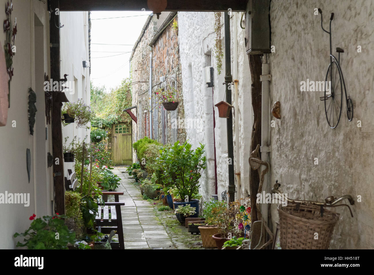 Kirkcudbright, Dumfries and Galloway, Scotland - picturesque close (Passageway) and garden between cottages - Stock Image