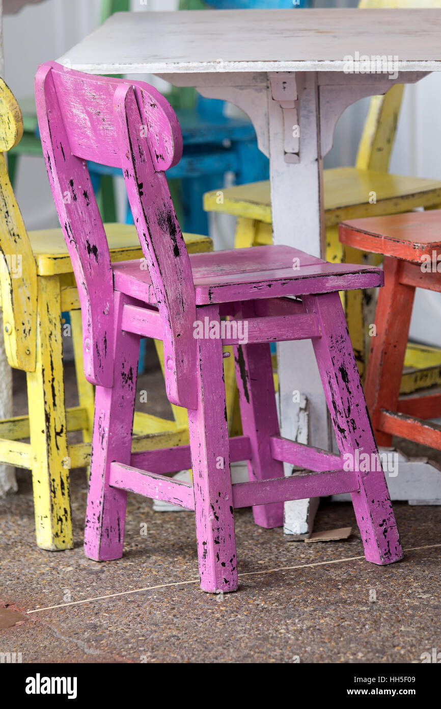 Colorful and rustic coffee table and chairs, Filandia, Colombia - Stock Image