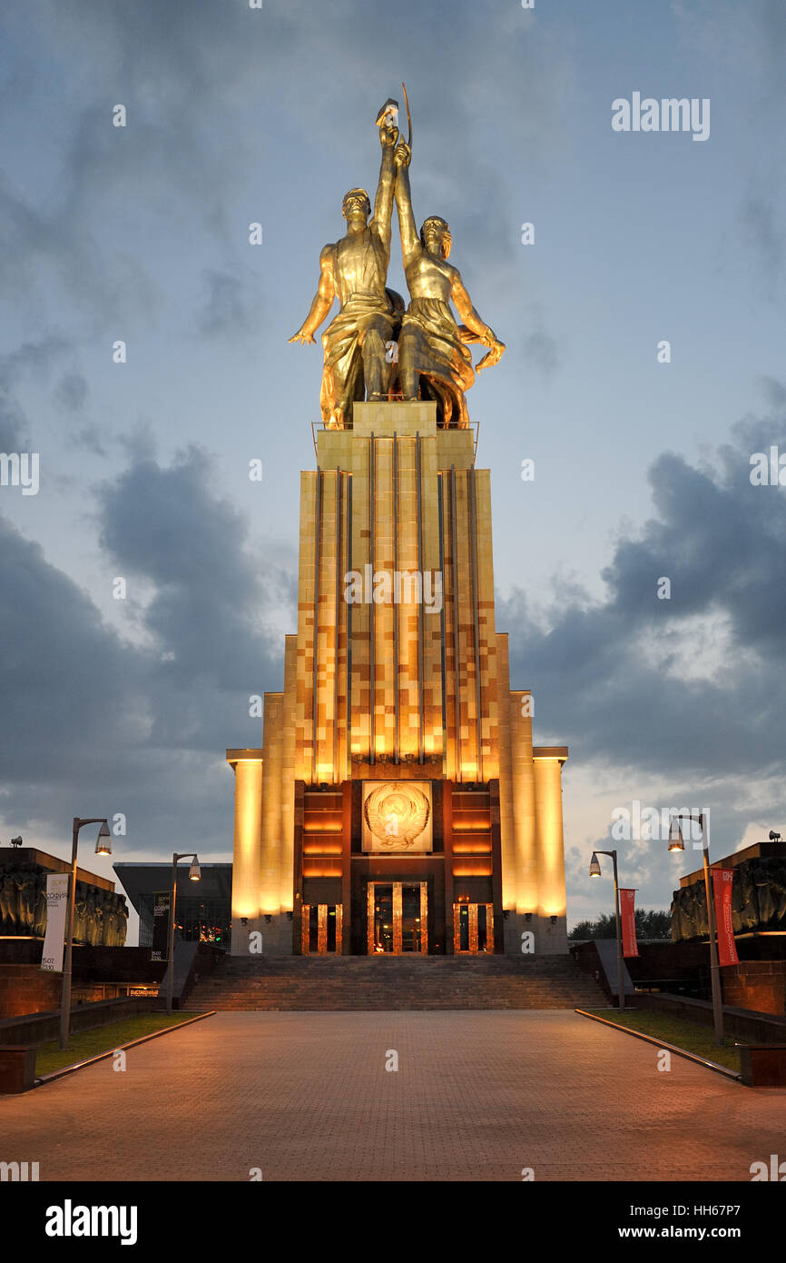 "Monument ""Rabochiy i Kolkhoznitsa"" in Gold Light at Summer Sunset. Front view from Prospekt Mira. Moscow, Russia - Stock Image"