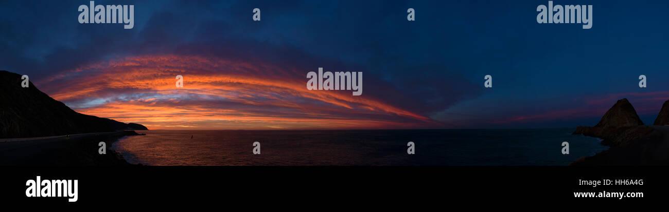 Southern California sun rise on the Pacific coast along Pacific Coast Hifg Way 1. - Stock Image