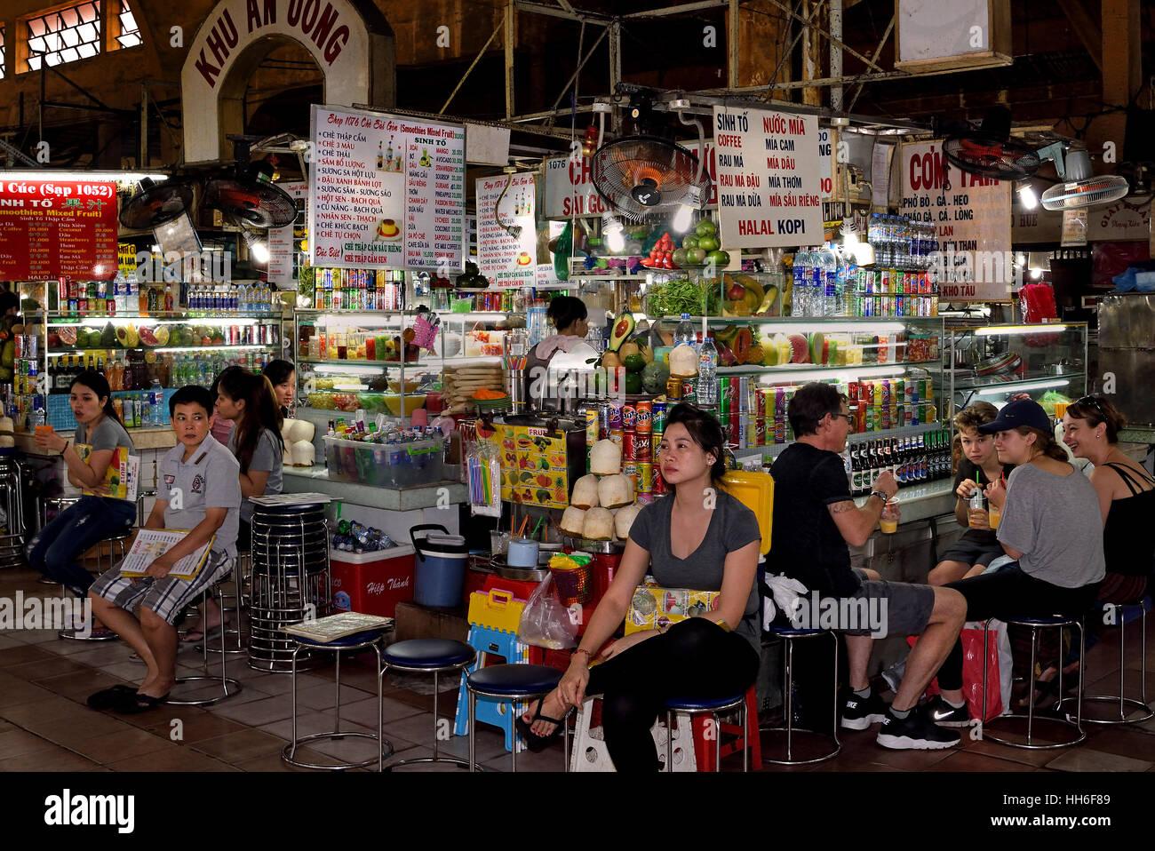 Street Food Night Market Ho Chi Minh City Center (HCMC) Saigon ( dizzying high octane city of trade commerce and Stock Photo