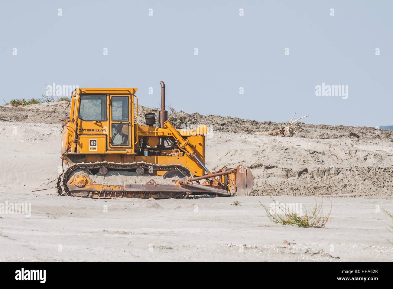 CATERPILLAR d5b Crawler Tractor Track bulldozer in the sand
