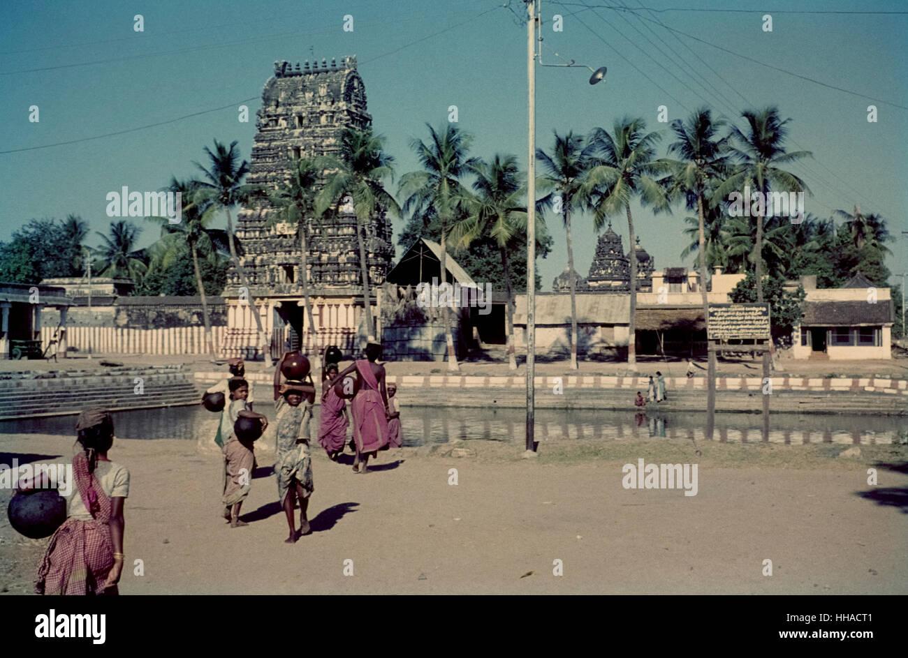 Wasserträgerinnen in Tamil Nadu 1962. Water carrier in front of a gopura in India Stock Photo