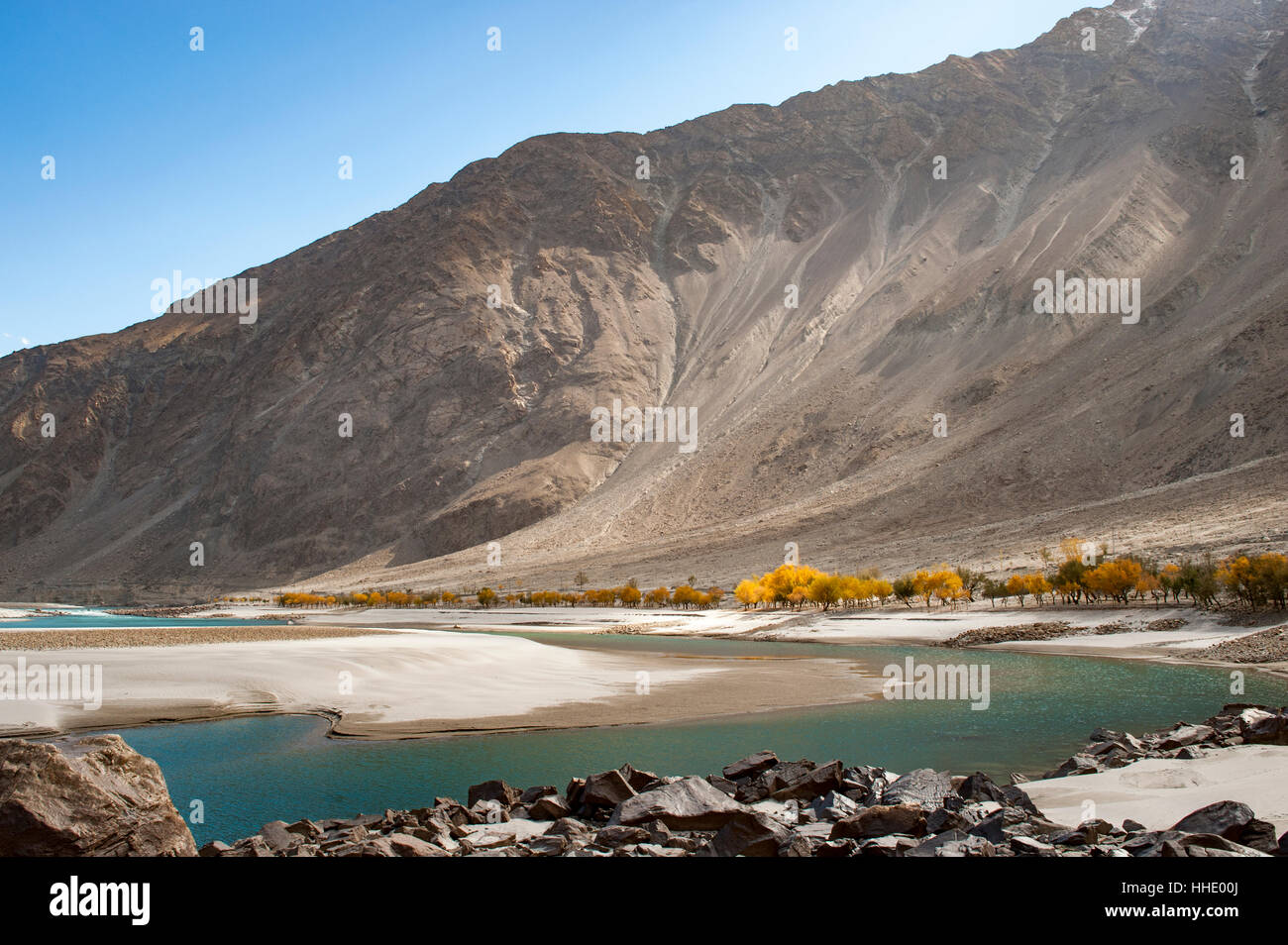 The crystal clear Shyok River in the Khapalu valley near Skardu, Gilgit-Baltistan, Pakistan - Stock Image