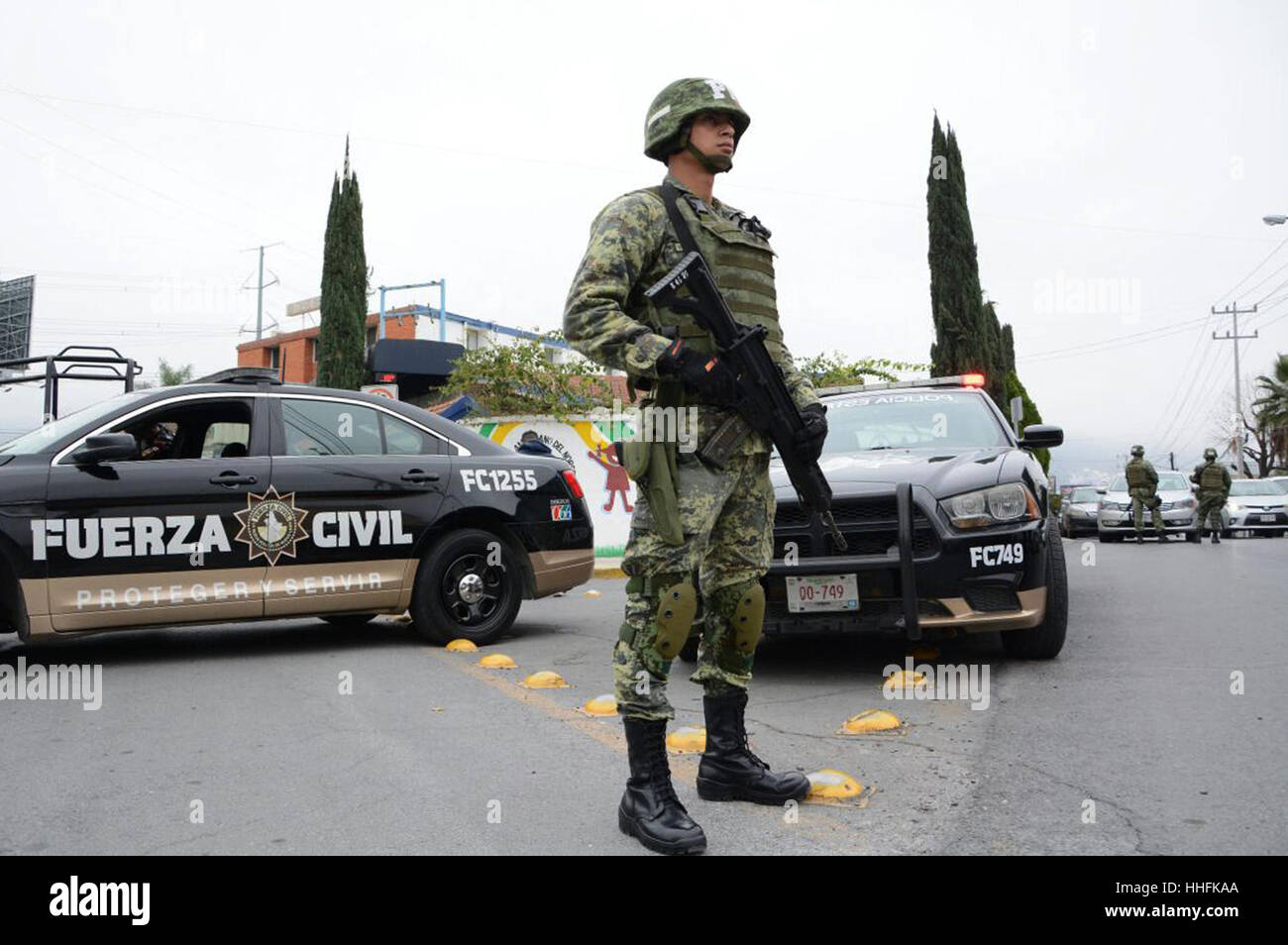 Monterrey, Mexico. 18th January 2017. A security member stands guard outside the American School of the Northeast - Stock Image