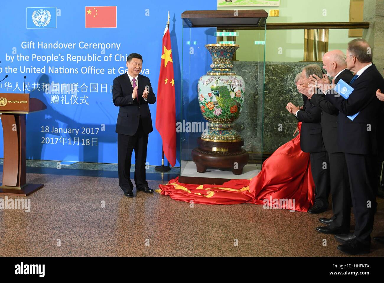 (170118) -- GENEVA, Jan. 18, 2017 (Xinhua) -- Chinese President Xi Jinping (L) attends a gift handover ceremony - Stock Image
