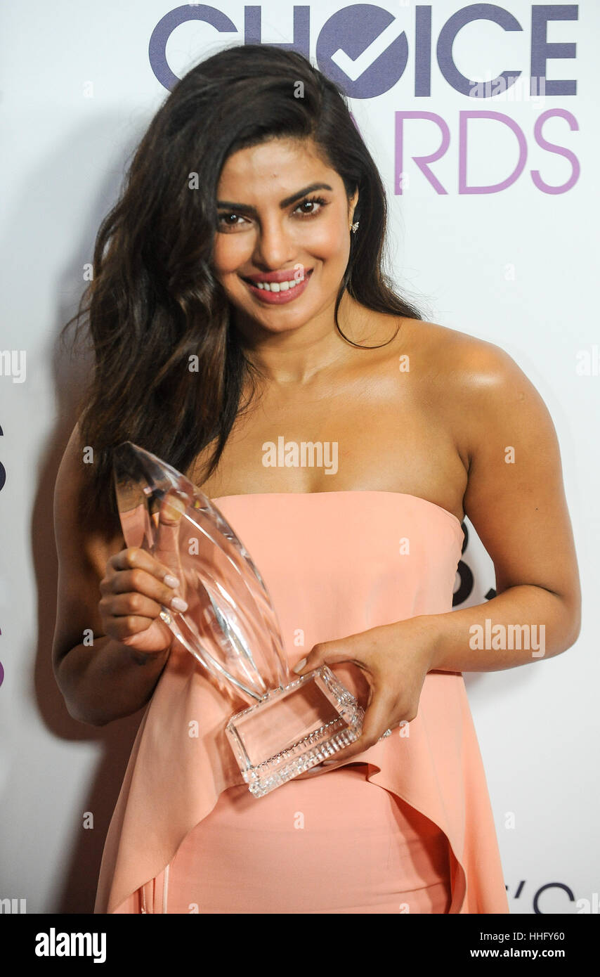 Los Angeles, USA. 18th Jan, 2017. Priyanka Chopra poses with the award for Favorite TV Drama Actress of the People's - Stock Image
