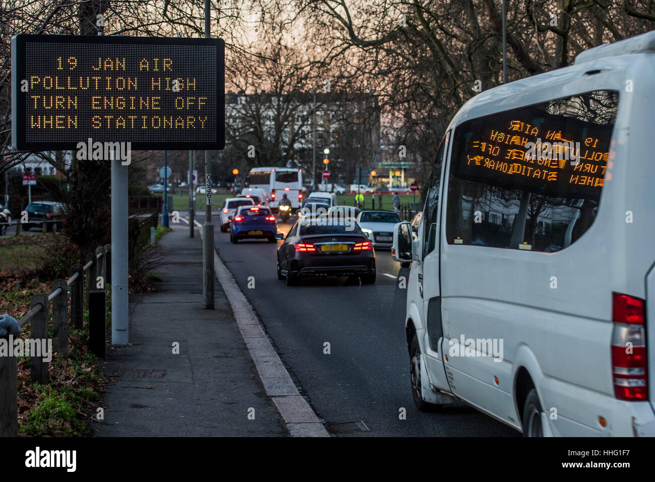 Wandsworth, London, UK. 19th Jan, 2017. A sign warns of high pollution levels in Wandsworth as the evening rush - Stock Image