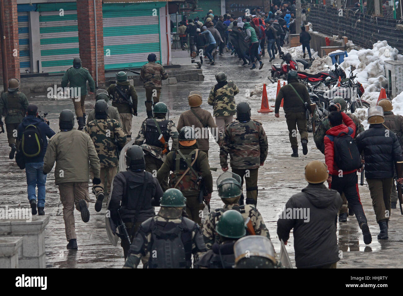 Srinagar, Kashmir. 20th Jan, 2017. Kashmiri Muslim protestors run for cover as they are chased by government forces - Stock Image