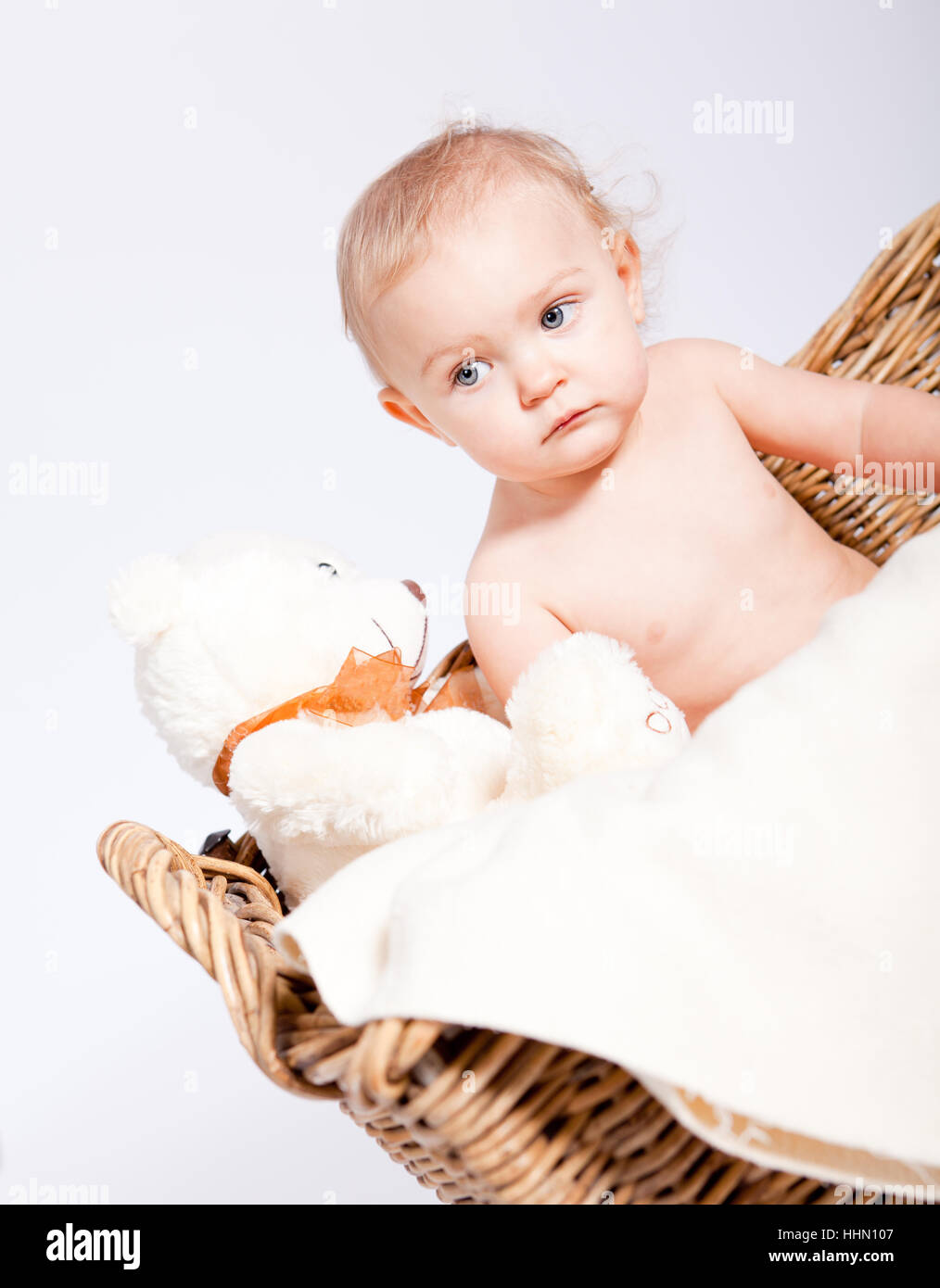 kleines baby kind nackt in einem korb mit einer windel vor wei em stock photo 131383511 alamy. Black Bedroom Furniture Sets. Home Design Ideas
