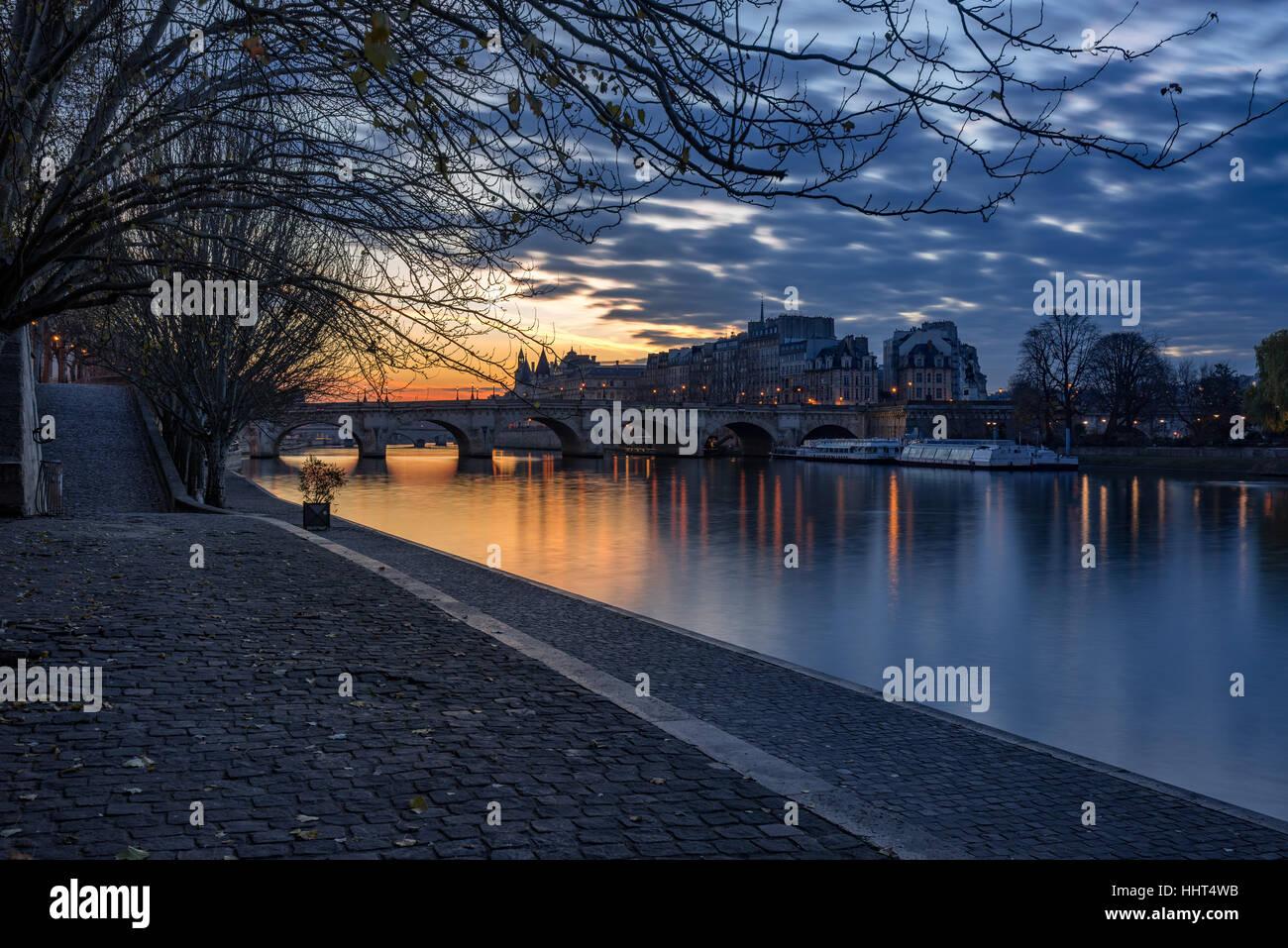 Sunrise on the Seine River banks (Quai des Tuilleries) and Ile de la Cite. 1st Arrondissement, Paris, France - Stock Image