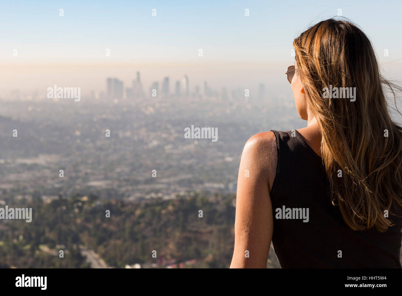 Woman looking at Los Angels from Dante's view. Aug, 2016. Los Angeles, California, U.S.A. - Stock Image