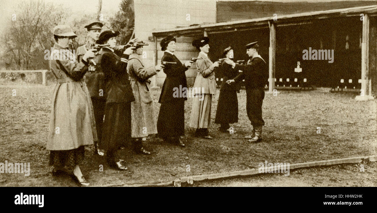 Members of the Wrens (Women's Royal Navy Reserve) learning to shoot at revolver practice, First World War, 1916 - Stock Image