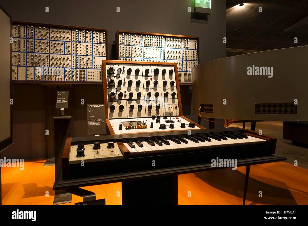 Old retro synthesizer, Interior musée de la cite, museum, Cite de la musique, Paris, France. - Stock Image