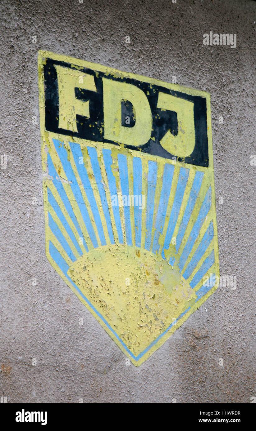 Impressionen: das verblichene Logo der DDR-Jugendorganisation 'FDJ - Freie Deutsche Jugend', Ruegen. - Stock Image