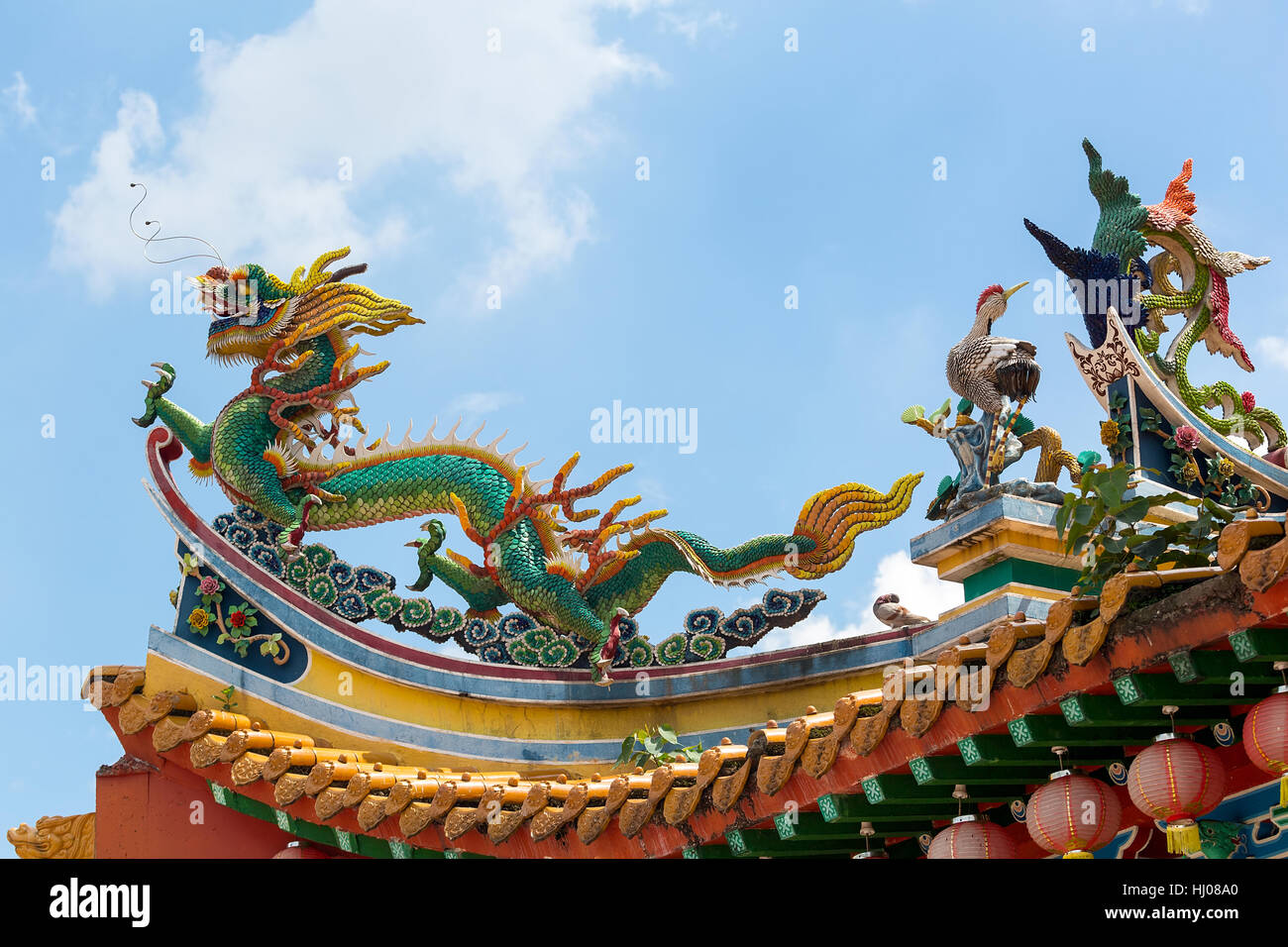 Chinese Dargon Phoenix and Crane on Taoist Temple Tiled Roof - Stock Image