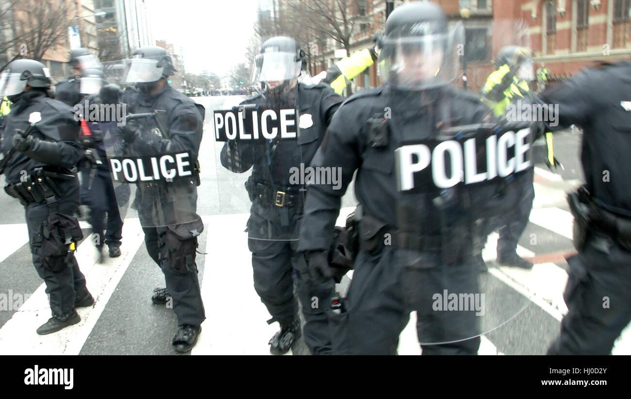 Washington, USA. 20th Jan, 2017. Police and demonstrators clash in downtown Washington  following the inauguration - Stock Image