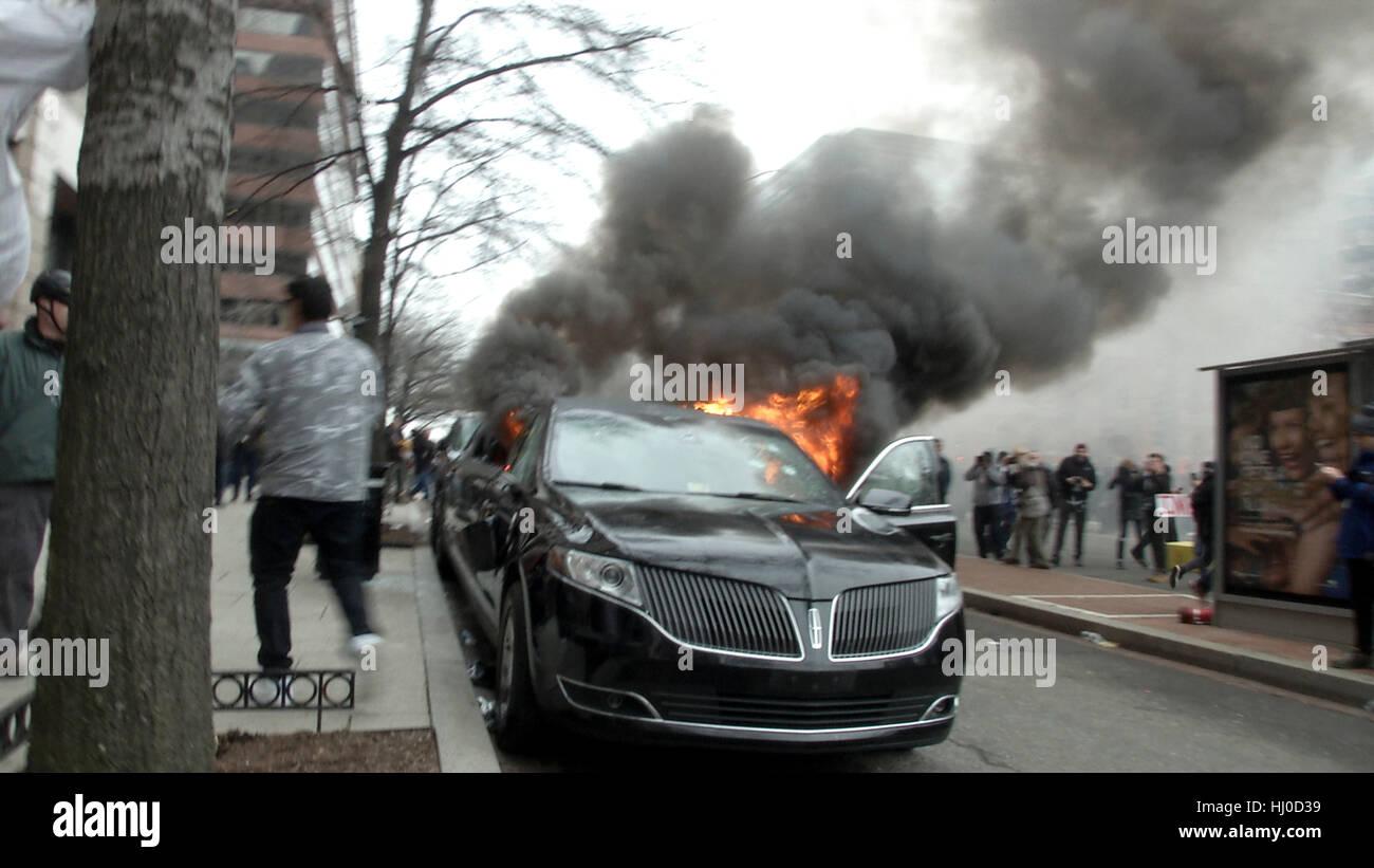 Washington, USA. 20th Jan, 2017. A limousine burns in downtown Washington following the inauguration of President - Stock Image
