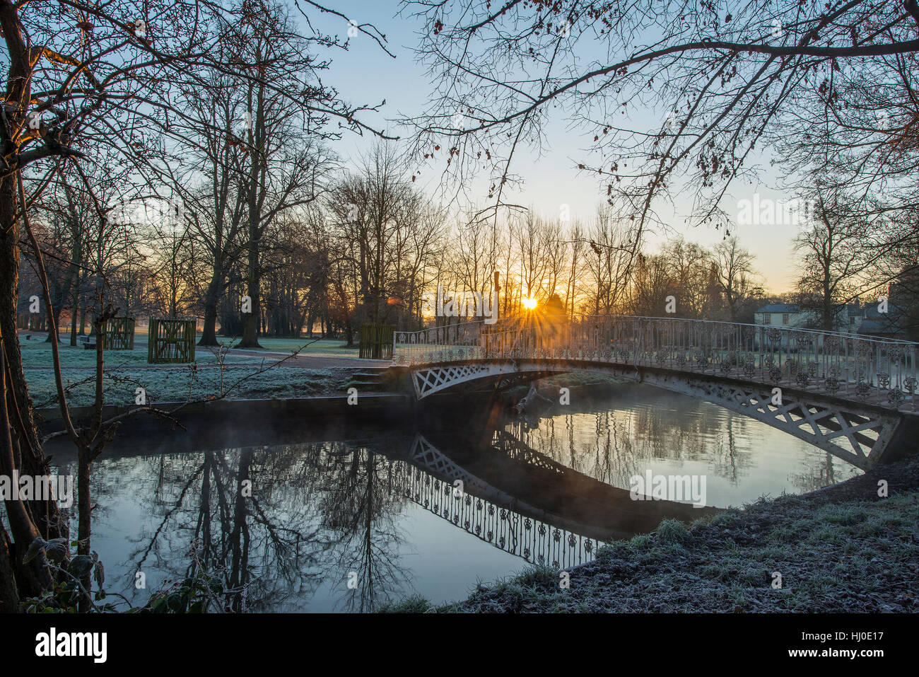 Morden Hall Park, London, UK. 21st January, 2017. Mist rising from the river Wandle as the sun rises on frosty ground Stock Photo