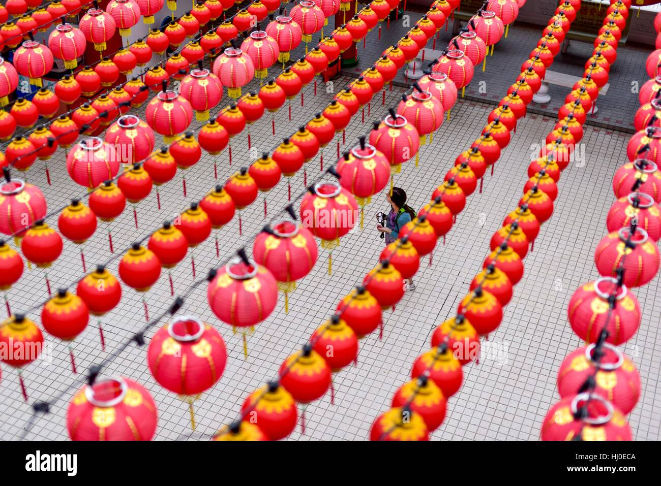 Kuala Lumpur, Malaysia. 21st Jan, 2017. A woman walks under traditional Chinese lanterns decorated at the Thean - Stock Image